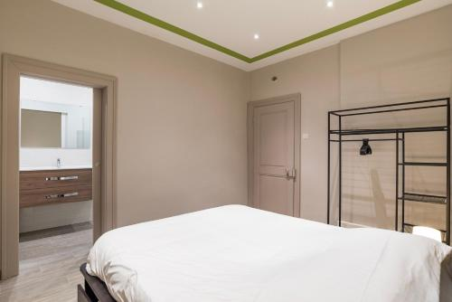A bed or beds in a room at CityCosy Strasbourg - Modern Family Deserte
