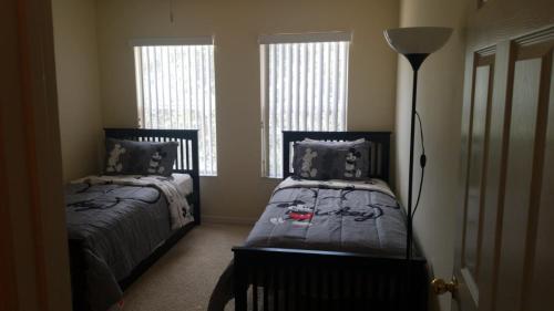 Gulta vai gultas numurā naktsmītnē Disney Vacation Homes in Orlando Florida