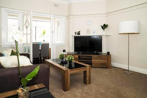 A television and/or entertainment centre at Pelicanstay Walk to Bondi Beach