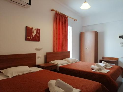 A bed or beds in a room at Giannis Hotel