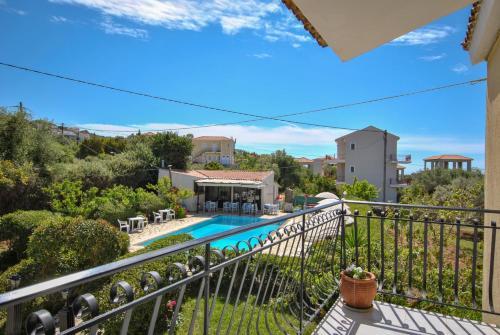 Vista sulla piscina di Stefanos Studios o su una piscina nei dintorni