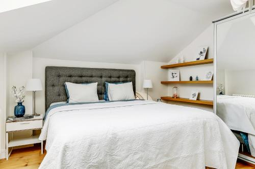 A bed or beds in a room at Exclusive City Center 19th Century Apartment