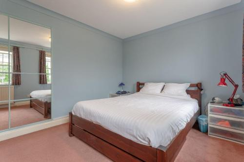 A bed or beds in a room at 2 Bedroom Apartment Near Finsbury Park