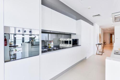 A kitchen or kitchenette at BEAUTIFUL MODERN 3 plus MAIDS BEDROOM APARTMENT IN BLUEWATERS
