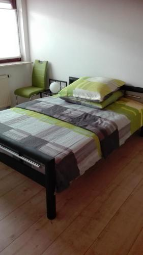 A bed or beds in a room at Ferienwohnung nahe Ulm/Laupheim