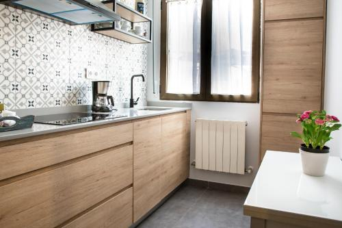 A kitchen or kitchenette at Aresti Old Town by Bilbao Living