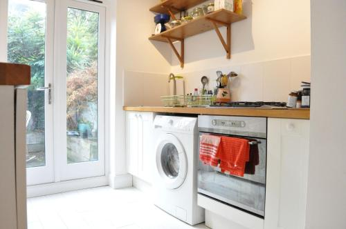 A kitchen or kitchenette at Modern 2 Bedroom North London Apartment