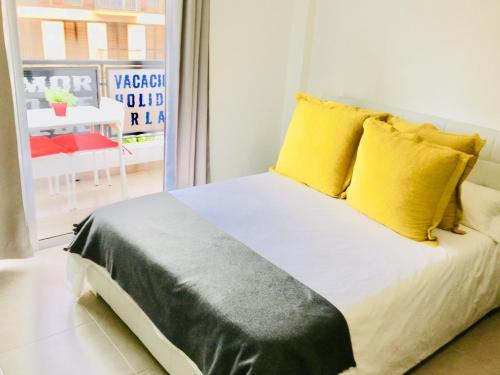 Céntrico Apartamento con Balcón cerca de la Playaにあるベッド