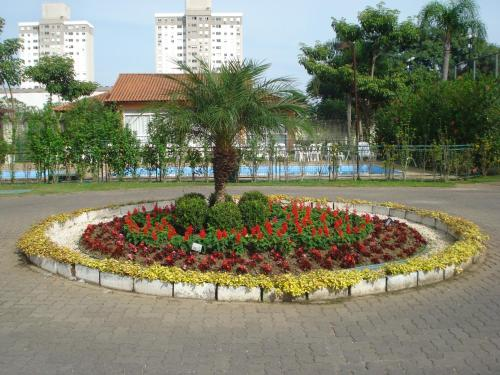 A garden outside ARENA GREMIO APTO LUXO WIFI ESTAC arcond 5 PESSOAS