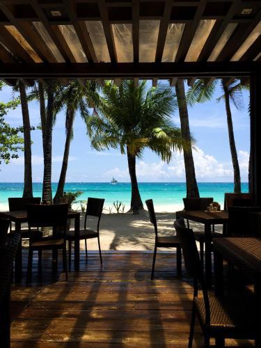 Un restaurante o sitio para comer en 357 Boracay Resort