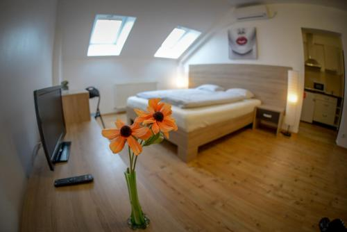 A bed or beds in a room at Siebenburgen Apartments