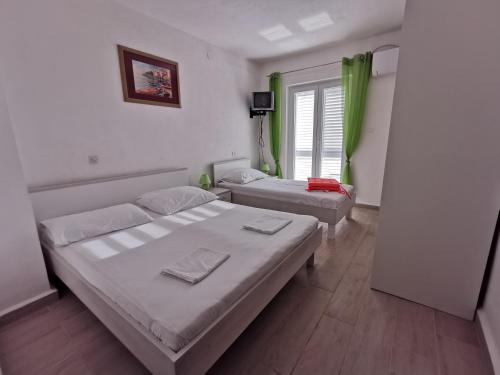 Un pat sau paturi într-o cameră la Apartments Near Sea