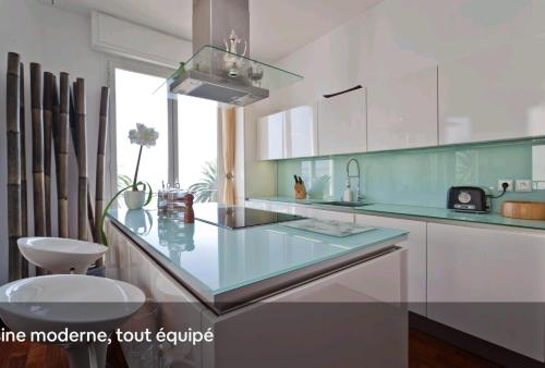 A kitchen or kitchenette at Sea view - NICE - Promenade des anglais - 100m2 - 3 bedrooms - 6 persons - Standing