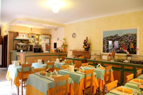 A restaurant or other place to eat at Residence Alberghiero Eolie
