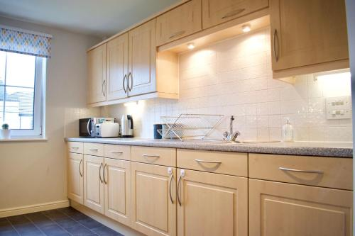 A kitchen or kitchenette at Large 2 Bedroom Flat in Leith with Free Parking