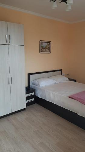 A bed or beds in a room at Guest house berendei2000