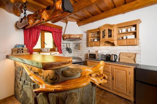Kuchyňa alebo kuchynka v ubytovaní Apartmány Kubínska hoľa - ZRUB