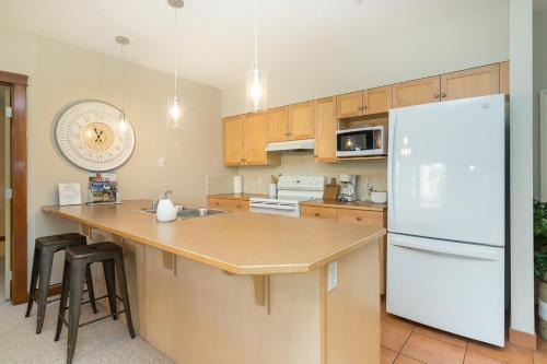 A kitchen or kitchenette at Canmore Crossing Condo with Rooftop Hot Tub