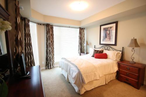 Cama o camas de una habitación en Sunset Waterfront Resort by Discover Kelowna Resort Accommodations