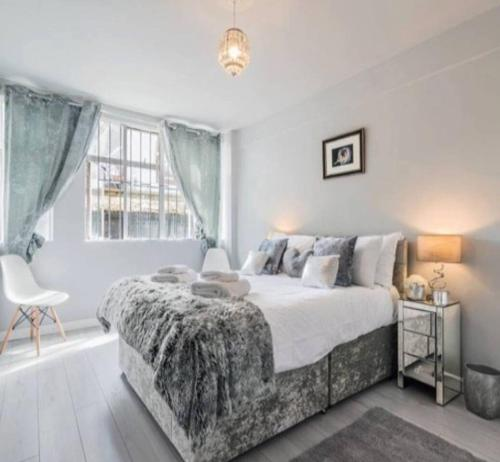 A bed or beds in a room at Brand New Central London Flat - 2 mins from Tube