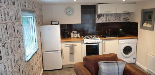A kitchen or kitchenette at The hideaway 8 Norwich Road Apartment
