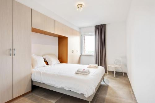 A bed or beds in a room at Modern & Central Apartment with free Parking