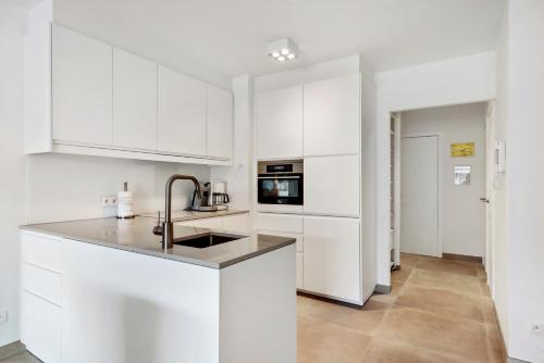 A kitchen or kitchenette at Modern & Central Apartment with free Parking