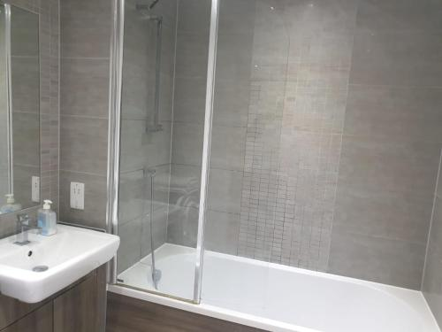 A bathroom at Colindale2 Avenue Apartment