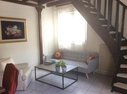 Ein Sitzbereich in der Unterkunft Cozy Mezzanine at Halandri