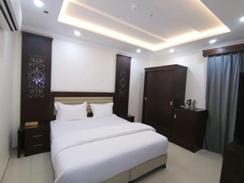 A bed or beds in a room at بهر للأجنحة الفندقية