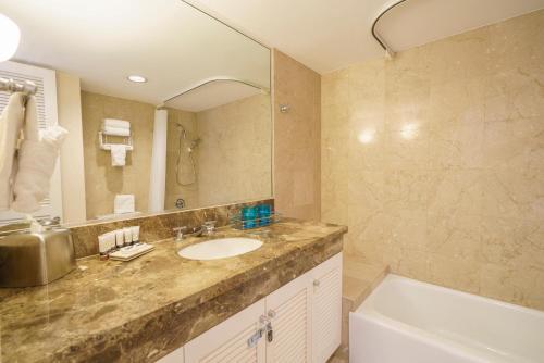 A bathroom at Royal Garden (RG10)