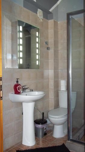 A bathroom at Daratzis Emerald