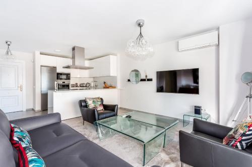 Zona de estar de By RIVA - Contemporary 1 Bedroom Luxury Apt inside Puerto Banus