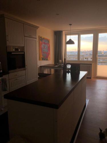 A kitchen or kitchenette at Künstler Apartment mit einzigartigen Ausblick