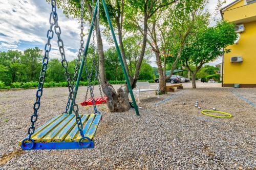 Otroško igrišče poleg nastanitve Holiday home in Drivenik 38005