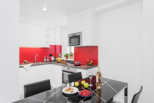 A kitchen or kitchenette at VISIONAPARTMENTS Zurich Cramerstrasse