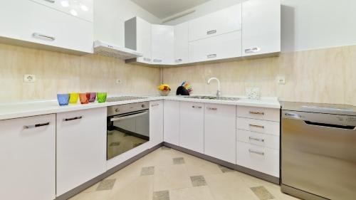 Kuchyňa alebo kuchynka v ubytovaní Central Apartment Smiley - FREE PARKING