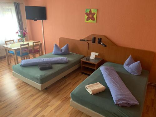 A bed or beds in a room at Pension Scheffler