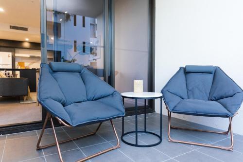 A seating area at SoFun Apartments on Cordelia Street