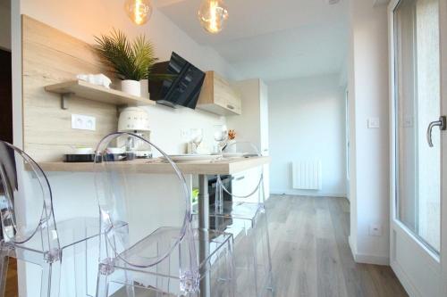 A kitchen or kitchenette at Art Bay appartement (Parking)