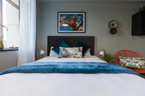 The Heriot - City Apartments tesisinde bir odada yatak veya yataklar