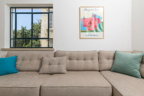 A seating area at Beach Apartments TLV