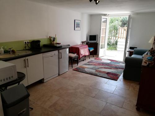 A kitchen or kitchenette at Hoopoe's Hideaway