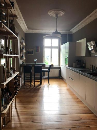 A kitchen or kitchenette at Large 2-bedroom apartment nearby Kulturbrauerei - Prenzlauer Berg