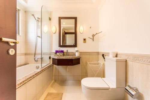 A bathroom at Luxury 5BR Villa in the Palm Jumeirah