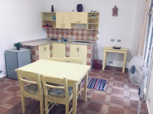 A kitchen or kitchenette at Canyon apartments and rooms