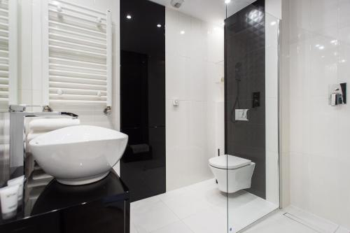 A bathroom at Centrum Apartments between Market Square and Kazimierz Quarter by InPoint