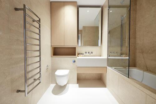 A bathroom at Sonder - King Street