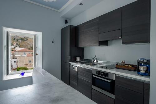 A kitchen or kitchenette at Hydras Chromata