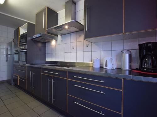 Küche/Küchenzeile in der Unterkunft Pleasant Holiday Home with Sauna and Jacuzzi in Courtil